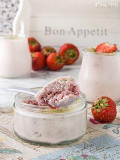 Mousse de fresa con cilantro Elle Blogs, Bon Appetit, Cilantro, Fondant, Panna Cotta, Sugar, Ethnic Recipes, Food, Strawberry Mousse
