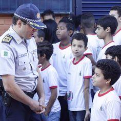 A Operação Comando nas Cidades acontece hoje no Recanto das Emas. A ação visa aproximar a Polícia Militar da comunidade, através de reuniões com os conselhos e administração da cidade e também realizando momentos cívicos e apresentações nas escolas. O policiamento da cidade é reforçado com a operação RIC (Redução de Índices Criminais), auxílio do batalhão de trânsito, batalhão com cães, batalhão escolar e o Departamento de Políticas Publicas. #pmdf #comandonascidades #recantodasemas