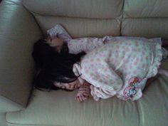 ママがご飯の片付けしてたら二人でくっついて寝てました。妹に腕枕してもらってます