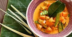 Curry mit Süßkartoffeln, Aubergine und Zuckerschoten - Rezept - SZ Magazin Mulligatawny, Eggplant Curry, Thai Curry, Yummy Veggie, Kitchenette, Sweet Potato, Meal Prep, Main Dishes, Vegan Recipes