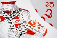"""Die faszinierenden und inspirierenden Emigreschriften Ottomat, Platelet, Lunatix und die Democratica gestalten das Typokartenspiel Emigre. Die Ottomat wird aus einer Ligatur zum Herzblatt. Das Blatt wendet sich und die Platelet wird zu Pick. Das """"O"""" von Lunatix rollt sich zum Karo und die Democratica gruppiert sich zum Kreuz. Die Könige, Damen und die Buben sind mit den charakteristischen Schriftzeichen und Sonderzeichen der Schriften ornamentartig verziert.  www.emigre.com"""