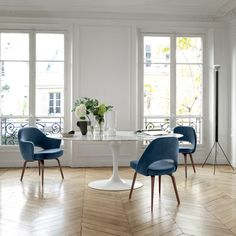 Knoll Saarinen Oval Dining Table in situ with Blue Velvet Saarinen Executive Chairs Saarinen Tisch, Mesa Saarinen, Saarinen Chair, Tulip Dining Table, Modern Dining Table, Oval Dining Tables, Chairs For Dining Table, Armless Chair, Couches