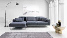 Prostą bryłę mebla charakteryzują duże, stylowe płaszczyzny poduch do siedzenia, wygodne oparcia i podłokietniki. Wszystkie te elementy są wykończone ostrymi narożnikami, kontrastujaymi z zaskakujaco miękkimi i komfortowymi wypełnieniami. Sofa, Couch, Teak, Living Room, Furniture, Home Decor, Settee, Settee, Decoration Home