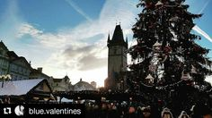 Old Town Square in Prague  #Repost @blue.valentines  Un ossimoro. #BlueChristmas #ElvisPresley #PragueAstronomicalClock