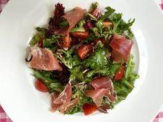 Ook de lekkerste salade met Italiaanse ham komt gewoon uit je eigen keuken. Bekijk dit lekkere salade recept op AllesOverItaliaansEten.nl!