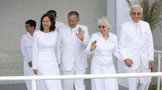 El Presidente del Templo de Trujillo, Perú junto a sus esposa y a uno de sus consejeros saludan a los asistentes a la dedicación del Templo. Créditos