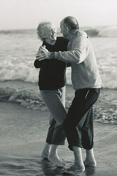 35 Photos of Cute Old Couples That Will Give You the Ultimate Relationship Goals! Couples Vintage, Cute Old Couples, Older Couples, Cute Couples Goals, Couples In Love, Romantic Couples, Arguing Couples, Romantic Dance, Sweet Couples
