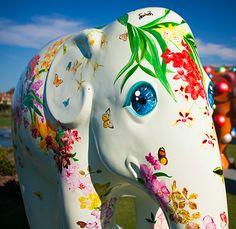 A Elephant Parade é a uma mostra urbana de estátuas de elefantes decorados espalhadas por cidades do mundo inteiro. Uma mobilização artística com um nobre objetivo: ajudar a preservar esses animais, que estão ameaçados de extinção, e claro, tornar o mundo mais feliz e colorido.