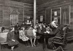 1800 d.c. Las escuelas rurales de Estados Unidos consistían en una casa con un único salón. Un sólo docente instruía a alumnos de diferentes grados (Housel, 2005).