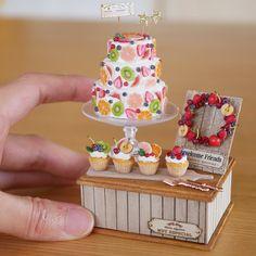 Miniature Fruit Cakes Dollhouse ♡ ♡ By Noecoro Polymer Clay Cake, Polymer Clay Miniatures, Polymer Clay Charms, Miniature Crafts, Miniature Food, Miniature Dolls, Miniature Houses, Tiny Food, Fake Food