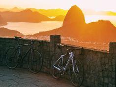 "Julia Favero op Instagram: ""Allez & Amira  #iamspecialized #RioDeJaneiro #cycling #sunrise"""