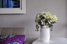 Flores brancas são como um coringa na decoração de qualquer ambiente.  Elas dão leveza e harmonizam super bem com tons pastéis de móveis e paredes ao mesmo tempo em que contrastam com cores mais vibrantes dos demais objetos de decoração como almofadas e quadros.  Veja esse arranjo exclusivo que preparamos para a nossa primeira coleção. Misturamos gerânios, astromérias e gipsofilias, todos brancos, com folhas de eucaliptos verde-acinzentadas.  Não ficou lindo?   #arranjosflorais