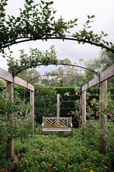 Garden arbor can make a difference to the entire landscape. Garden Arbor, Garden Trellis, Backyard Pergola, Backyard Landscaping, Pergola Kits, Garden Arches, Garden Structures, Gras, Fruit Trees