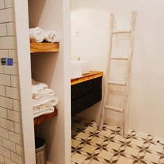 Bad mit Zementfliesen, #badezimmer, #zementfliesen, #alte Leiter Home Decor, Decor, Ladder Decor