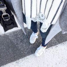 R u b a n s // #latergram #details #outfit #detailsoftheday #whatimwearing  Top #majeparis - Dentelle #saajparis - Manteau #zara - Jean #hm - Sac #proenzaschouler - Baskets #stansmith  Réponse co: j'ai remplacé les lacets de mes Stan Smith par des rubans acheté à @la_droguerie mais vous pouvez en trouver dans n'importe quelle mercerie 😉 Belle journée les beautés 💋