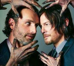 RICKYL, so nennt man sie am Set von The Walking Dead. Die beiden Stars der Serie haben da ein besonderes Ding am laufen. The Walking Dead: Zombies und Bromance ➠ https://www.film.tv/go/33057