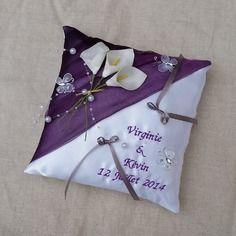 Coussin porte alliance mariage thème violet et blanc décor bouquet d'arums papillon et perles