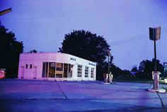 We checked the work of American photographer William Eggleston and his peculiar shot of the world that surrounds him in Memphis, Tennessee Urban Photography, Color Photography, Film Photography, Street Photography, Landscape Photography, Cinematic Photography, Photography Ideas, Nature Photography, Fashion Photography