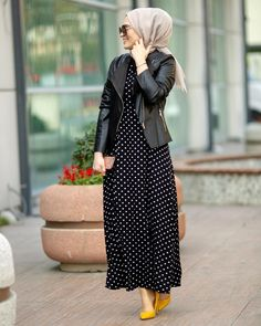 Image may contain: one or more people and people standing Modest Fashion Hijab, Pakistani Fashion Casual, Iranian Women Fashion, Modern Hijab Fashion, Casual Hijab Outfit, Hijab Fashion Inspiration, Islamic Fashion, Hijab Chic, Muslim Fashion