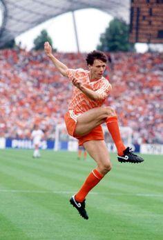 Marco Van Basten, en el momento justo de ejecutar la bolea perfecta que terminaria en el segundo gol de Holanda en la final de la Eurocopa de 1988