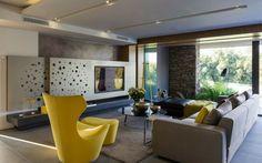 Modernes Interieur Mit Einer Steinwand Und Farbigen Akzenten