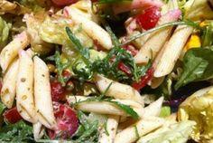 Jess meldet sich mit diesem extrem leckeren Lebenszeichen zurück: Nudelsalat auf Salat mit Breze aus Penne, 1-2 tl Rucola Pesto, Tomaten, Gurke und noch ganzen Rucola.