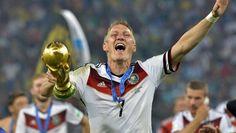 Höhepunkt: Bastian Schweinsteiger präsentiert den deutschen Fans den WM-Pokal. (Quelle: imago)
