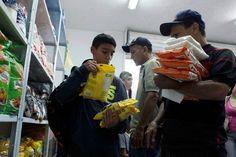 Polícia usa balas de borracha contra multidões desesperadas que invadem supermercados, farmácias e açougues