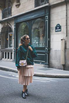 Herbsttrend Hoodie: Grüner Kaupenpullover in Kombination mit rosa Tüllrock, schwarzen Boots und Miu Miu Bag