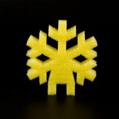 COPO NIEVE STRATOCELL COLORES. Formas de copo de nieve de stratocell en 4 colores: rojo, amarillo, azul y verde, para decorar el árbol de Navidad de stratocell. #MWMaterialsWorld #espumapolietileno #stratocell #decoraciónnavidad #polyethylenefoam Art, Blue Yellow, Blue Nails, Pool Noodles, Snowflakes, Bees, Art Background, Kunst, Performing Arts