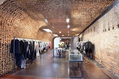 Unique Shop Interior Made of Thousands Brown Paper Bags – Owen Store Interior - The Great Inspiration for Your Building Design - Home, Building, Furniture and Interior Design Ideas Boutique Stores, A Boutique, Boutique Design, Paper Bag Walls, Paper Bags, Retail Store Design, Retail Stores, Retail Interior, Retail Space