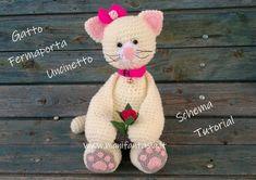 Gatto fermaporta ad uncinetto- schema e tutorial - manifantasia Dinosaur Stuffed Animal, Teddy Bear, Animals, Lana, Nike, Feltro, Cloth Art Dolls, Gatos, Patterns