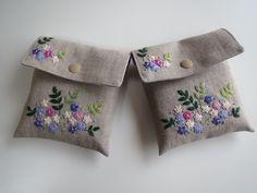 刺繍の蓋付きポーチ(パープルの花)画像1