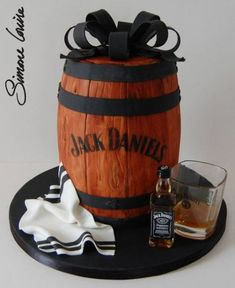 Jack Daniels barrel cake ♥the perfect Groom's Cake! Festa Jack Daniels, Jack Daniels Cake, Jack Daniels Barrel, Birthday Cakes For Men, Cake Birthday, Husband Birthday Cakes, Unique Cakes, Creative Cakes, Decors Pate A Sucre