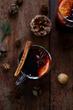Vin chaud aux épices Le vin chaud aux épices avec sa robe pourpre, son parfum unique et ses origines anciennes, m'évoque toujours l'hiver, les régions froides, la période de Noël, les marchés de Noël, la neige mais aussi des vacances à la montagne quand on a hâte de se réfugier au… Christmas Candle Lights, Bon App, Winter Drinks, Mulled Wine, Non Alcoholic Drinks, Cocktails, Coffee Cafe, All Things Christmas, Christmas Ideas
