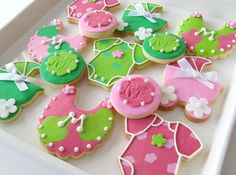 OH, such sweet colours! Pink and green go so well together in this baby cookies. Must find those stamps for fondant.