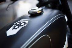 """Per avere un'idea del suo fascino, basti sapere che SR500 vinse per due anni di fila il premio """"moto dell'anno"""" della rivista Motorrad, una delle testate di settore più diffuse in Europa. Nello stesso periodo la moto divenne un fenomeno di culto in Europa e in Giappone, dove veniva addirittura tramandata di padre in figlio."""