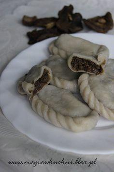 Dumplings filled with mushrooms. / Pierogi z grzybami.