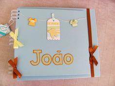 VENDIDO. PODE SER ENCOMENDADO!!  Álbum Artesanal composto por capa e contra-capa duras, forradas com papel especial na cor azul bebê.  Detalhes: Objetos de bebê, personalizado com o nome da criança.  Folhas internas: Papel color plus azul;  Encadernação: Wire-o  Quantidade de folhas: 15 folhas (30 páginas)  Capacidade de fotos: 02 fotos 10 x 15 ou 01 foto 13 x 18 / 15 x 21 por página.  Opções internas:  15 folhas (30 páginas); 20 folhas (40 páginas); 25 folhas (50 páginas); 30 folhas (60…