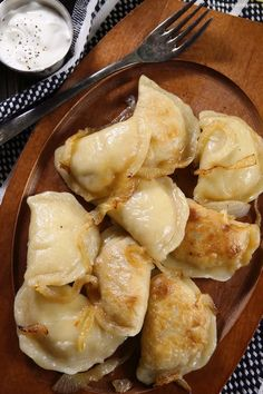 homemade_polish_pierogi_recipe This Polish pierogies recipe came from a grandma my sister-in-law took care of. These are authentic as can be coming from a Polish lady herself! Fill them with mashed potatoes or sour kraut! Pierogies Homemade, Frozen Pierogies, Ukrainian Recipes, Russian Recipes, Czech Recipes, Chicken Piccata Olive Garden, Polish Food Traditional, Cheese Pierogi Recipe, Potato And Onion Pierogi Recipe