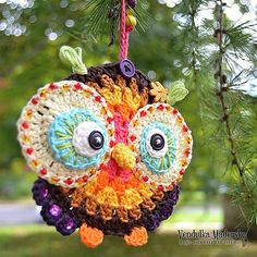 I like owls. They are so calm and clever and so wonderful! This colorful owl ornamnet in beautiful autumn colors is great for home decoration. Especially this one is hanging directly infront of my working table and the work is a little bit nicer :-) This is great idea for DIY decoration. You could make many color combination - I choosed the autumn colors this time. You could use buttons or beads for embellishment - just follow your imagination.