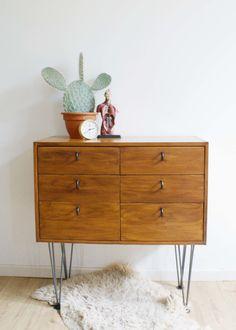 Tof retro dressoir op hairpin legs. Kekke houten vintage ladekast.