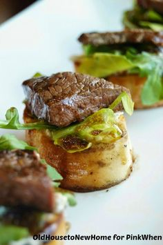 Delicious Balsamic Beef Crostini with Herbed Cheese and Arugula