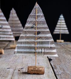 #Diy #Interieurideeën #kerst #christmas #xmas #paper #freeprintable #kerstknutselen # Diy Christmas Tree, Christmas Decorations, Table Decorations, Arts And Crafts, Diy Crafts, Newspaper Crafts, Diy Photo, Diys, Diy Projects