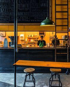 Fachadas de vidro, espaços ao ar livre e cimento queimado são elementos que se repetem e definem o estilo industrial da hamburgueria @bullguer, em São Paulo. O amplo uso da madeira quebra o ar pesado do preto da lousa e da bancada. Projeto @superlimao | 📷: Divulgação #decor #decoration #decoração #hamburguer #food #bullguer