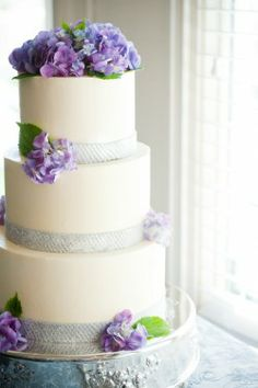 Decoracion de torra de boda con hortensias de color lila.