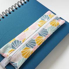 /// EN STOCK /// Idéal pour un bullet journal format A5 (carnet, cahier, organiseur, etc.), cette petite trousse permet de le garder bien fermé et d'avoir toujours à disposition quelques crayons. Utile aussi bien au bureau qu'en rendez-vous ! 6 modèles sont disponibles : à vous de choisir celui qui s'associera le mieux avec votre bujo. Pour vous confectionner un organiseur sur-mesure, découvrez le tutoriel gratuit sur mon blog.