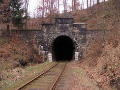 Najdłuższy tunel kolejowy w Polsce znajduje się w Górach Wałbrzyskich, na trasie Wałbrzych - Kłodzko