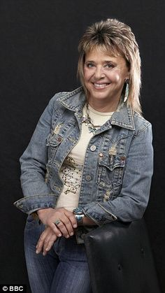My secret abortion and how I failed my daughter: In a painfully honest interview, a regretful Suzi Quatro reveals the woman behind the public persona Short Shaggy Haircuts, Short Shag Hairstyles, Feathered Hair Cut, Feathered Hairstyles, Rocker Costume, Medium Hair Styles, Short Hair Styles, Rocker Hair, 1980s Hair