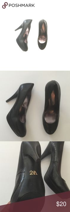 💋FINAL PRICE💋Sexy black pumps! Black faux snakeskin leather size 8. Tiny scuff on heel Shoes Heels
